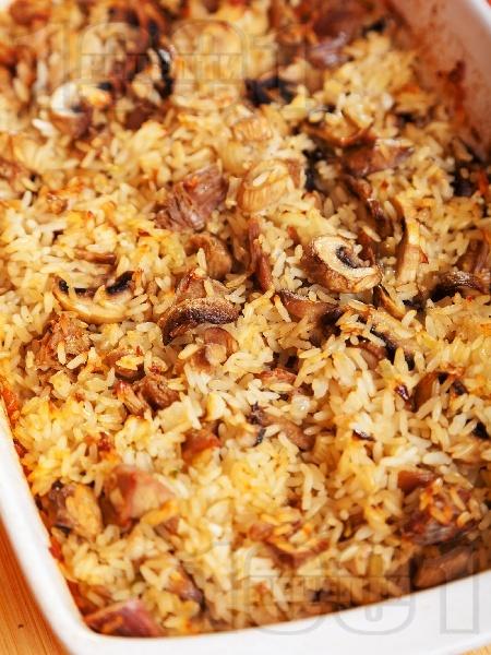 Печен ориз с пуешко месо от филе или бутчета, лук и гъби на фурна - снимка на рецептата